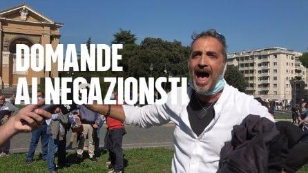 Le domande che hanno fatto infuriare i negazionisti del Covid alla manifestazione di Roma