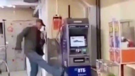 """La """"lotta"""" tra un anziano e un bancomat: il finale non è dei migliori"""