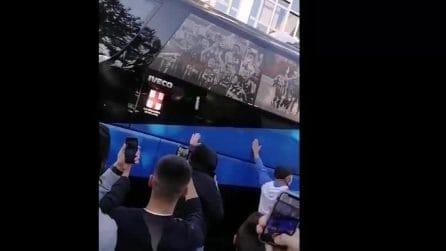 Derby Inter-Milan, assembramenti tra i tifosi all'arrivo delle squadre allo stadio San Siro
