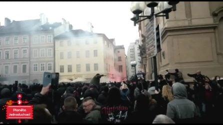 Praga, protesta anti-restrizioni: la piazza si trasforma in un campo di battaglia