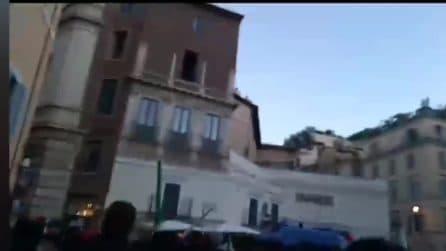 Roma, protesta a Campo de' Fiori: la polizia carica i manifestanti