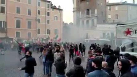 Roma, manifestazione in Campo de' Fiori: polizia lancia lacrimogeni per disperdere i manifestanti