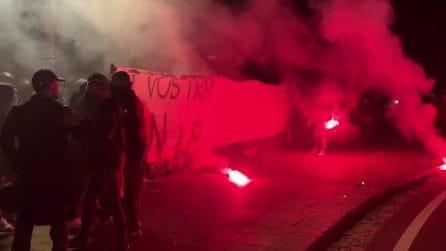 Manifestazione a Napoli, contestatori allontanano giornalisti con i fumogeni