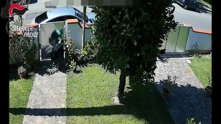 Ladri d'appartamento in fuga con lampeggianti e sirene come quelli della polizia