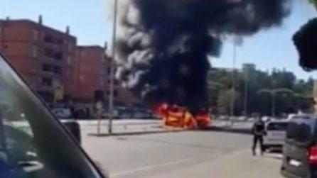 Autobus in fiamme a Roma, veicolo devastato dal rogo in piazza Pio XI