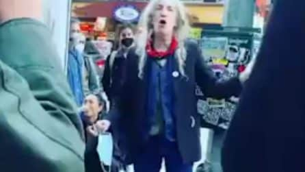 "Patti Smith in strada come un ambulante canta ""People have the power"" e lancia un messaggio"