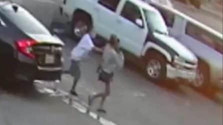Il momento shock in cui una donna tenta di rapire due ragazzini