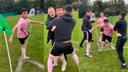 """Gol no look da calcio d'angolo, poi il calciatore """"impazzisce"""""""