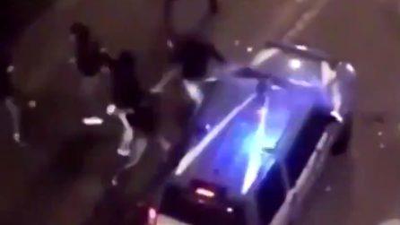 Napoli, guerriglia urbana contro coprifuoco e De Luca: assalto ai carabinieri e alla polizia