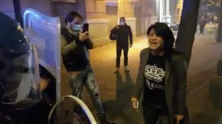 """Coronavirus Napoli, manifestanti anti coprifuoco si scontrano con la polizia: """"Perché non siete con noi?"""""""