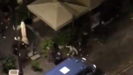 Coprifuoco Napoli, notte di scontri: assalto alle camionette della polizia e alle auto della Municipale