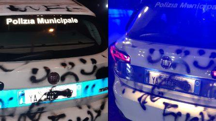 Coronavirus Napoli, protesta anti coprifuoco: macchine della polizia imbrattate con insulti