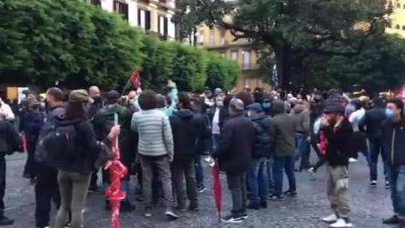 Napoli, ancora proteste e tafferugli: ferito anche un poliziotto