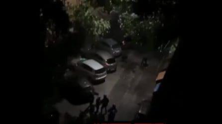 Roma, manifestanti caricano contro la polizia: lancio di pietre e bottiglie