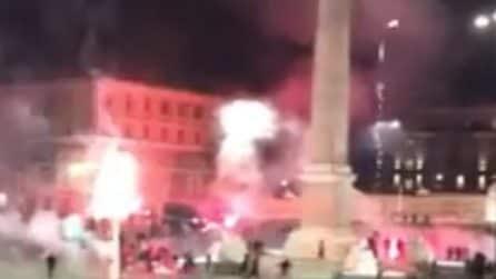 Roma, a mezzanotte i manifestanti sparano fuochi d'artificio a piazza del Popolo