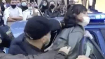 Rifiuta di mettere la mascherina e di mostrare documenti e spinge agenti, donna arrestata a Napoli