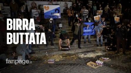 """Protesta dei commercianti a Roma: """"Svuotiamo la birra in strada contro le chiusure alle 18"""""""