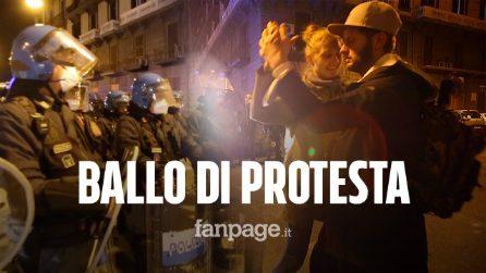 Proteste Covid, a Napoli manifestanti ballano davanti alla polizia