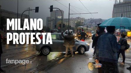 Milano, proteste per il dpcm: manifestanti in corteo bloccano la strada