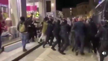 Lecce, scoppia la protesta dei manifestanti: scontri con la polizia