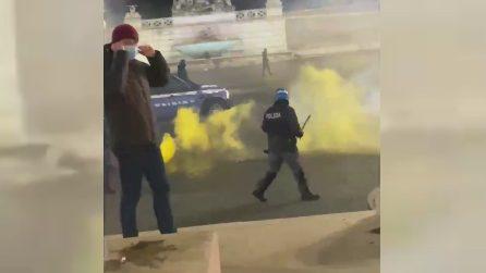 Roma, bombe carta e scontri con la polizia: esplode il caos in piazza