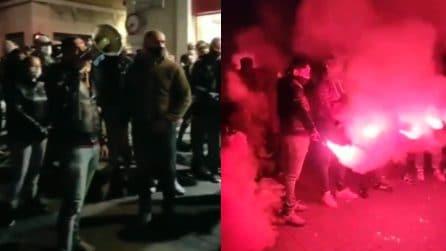 Padova, manifestanti in piazza cantano l'inno di Mameli
