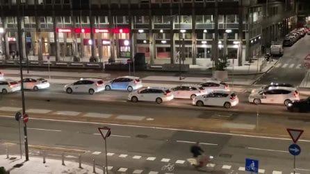 Corteo di taxi a passo d'uomo: la protesta nel centro di Milano
