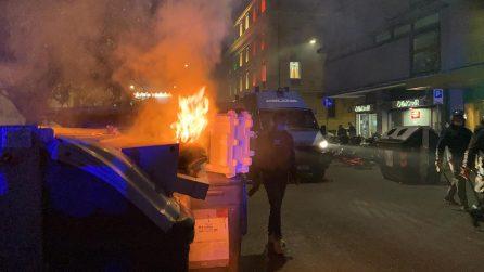 Scontri a piazza del Popolo, cassonetti in fiamme e bombe carta alla protesta dell'estrema destra