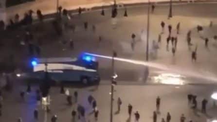 Roma, scontri in piazza: la polizia usa gli idranti per disperdere la folla