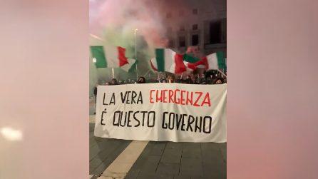 Varese, manifestanti cantano l'inno di Mameli