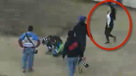 Motociclista simula un incidente, la sua compagna corre in suo aiuto e riceve una bellissima sorpresa