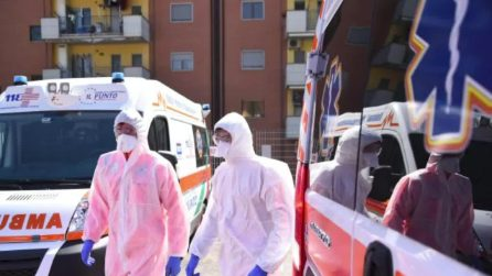 Napoli, posti letto Covid esauriti: trasfusione in ambulanza a donna rifiutata da due ospedali