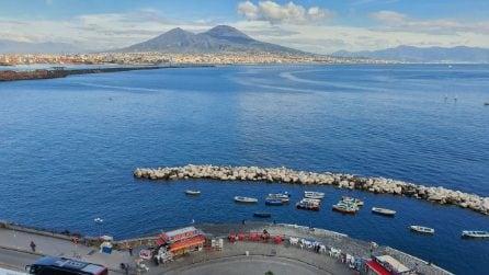 Crisi Covid, bus turistici e auto a noleggio in corteo sul Lungomare di Napoli