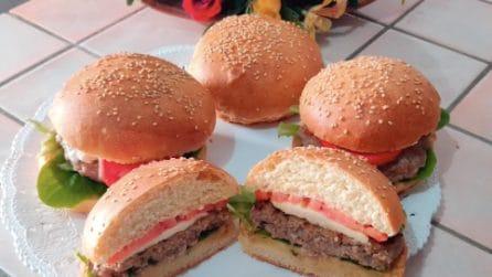 Burger fatti in casa: la ricetta per averli soffici e saporiti