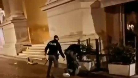 Parma, poliziotto in borghese dà un calcio a un manifestante a terra