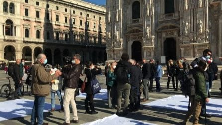 Piazza Duomo apparecchiata, la protesta dei ristoratori a Milano