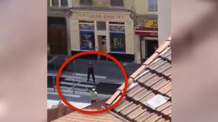 Nizza, attentato Notre Dame: il momento in cui l'aggressore viene arrestato dalla polizia