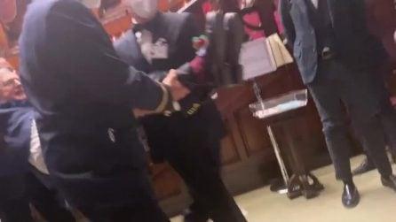 """Vittorio Sgarbi espulso ancora dall'Aula della Camera: """"Siete dei criminali"""""""