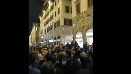 Firenze, tensioni con la polizia: manifestanti protestano contro le restrizioni del Governo