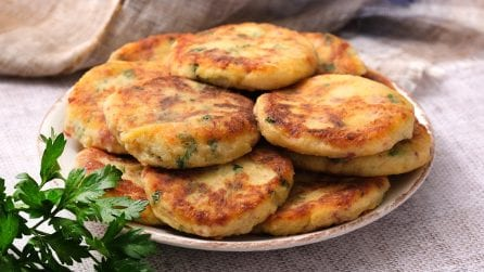 Frittelle di patate e salame: sfiziose, facili da preparare e irresistibili!