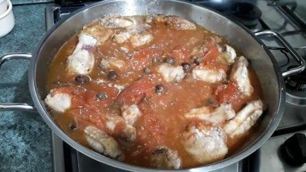 Alette di pollo alla puttanesca: il secondo piatto semplice e pieno di gusto