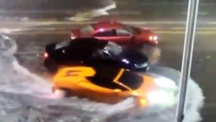 La Lamborghini accelera nell'acqua alta: il proprietario rischia di distruggere la supercar