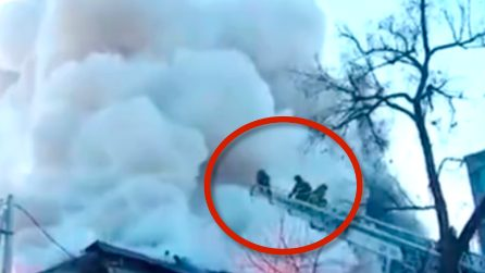 A fuoco una fabbrica di fuochi pirotecnici: tre vigili del fuoco non si fermano davanti alle esplosioni