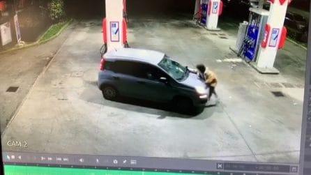 Rubano auto mentre fa benzina e tentano di investirla: video choc
