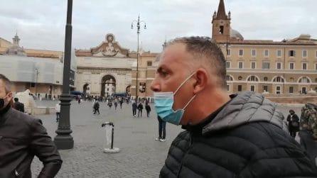 """Si radunano per dare l'ultimo saluto a Gigi Proietti ma vengono allontanati: """"Ma che problema diamo?"""""""