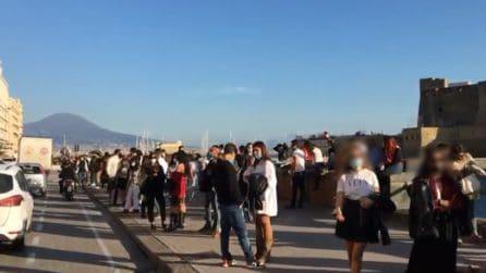 A Napoli in migliaia sul Lungomare: folla e ristoranti sono pieni