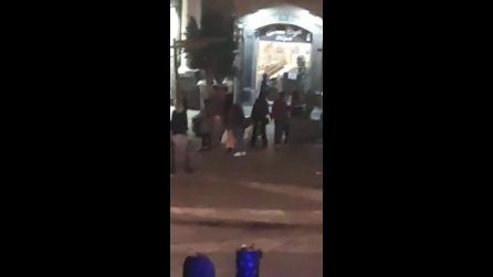 Napoli, lancio di bottiglie e insulti alla polizia in centro: dieci volanti sul posto