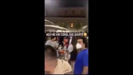 """""""Qui non c'è Covid"""", strade piene, assembramenti e gente senza mascherina anche in Spagna"""