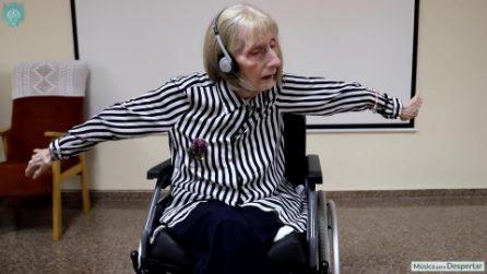 """Ex ballerina con l'Alzheimer ascolta """"Il lago dei cigni"""" e ricorda i passi ballati anni prima"""