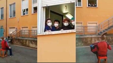 Piacenza, 81enne non può visitare la moglie in ospedale: le fa una commovente serenata davanti alla finestra